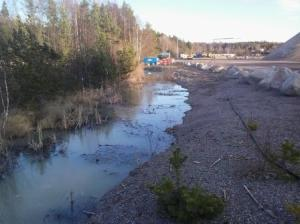 Det grävda diket vid salamnderdammarna 2014-03-15 sett från nordväst